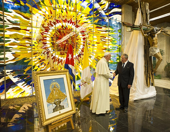 El regalo de Raúl para el papa enojó a los cubanos