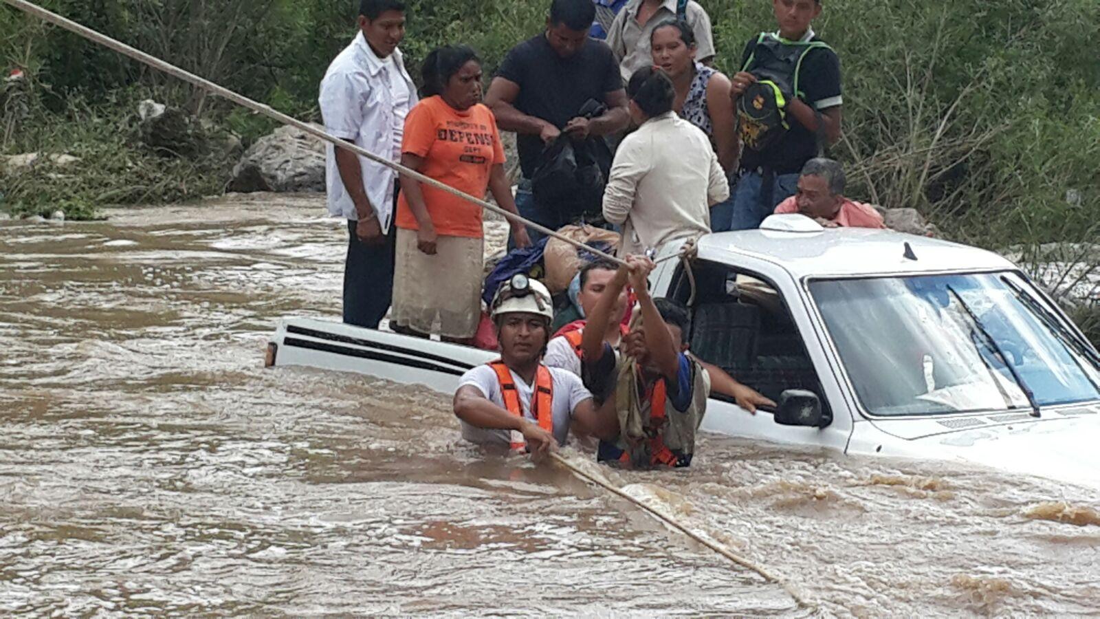 Honduras: Rescatan a 13 personas que estaban atrapadas en río