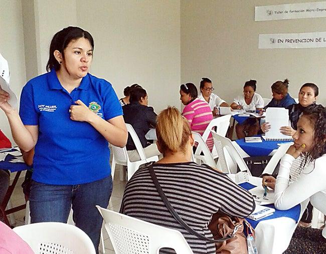 Convertirán en microempresarias a mujeres que sufren violencia