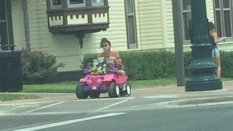 Le quitaron su licencia para conducir y ahora maneja un Jeep de Barbie