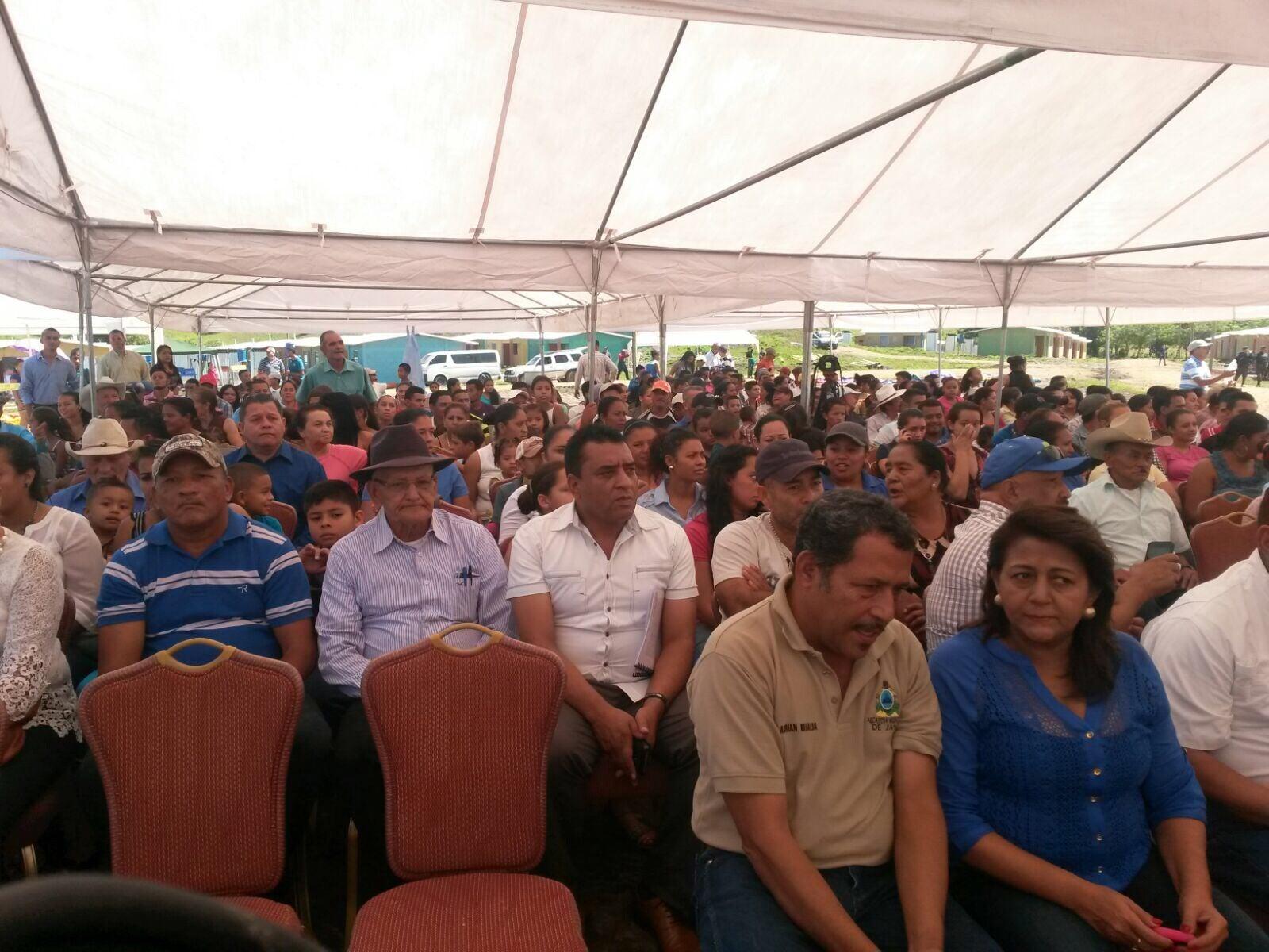 Hernández entrega fuerte cantidad de viviendas a familias en Olancho