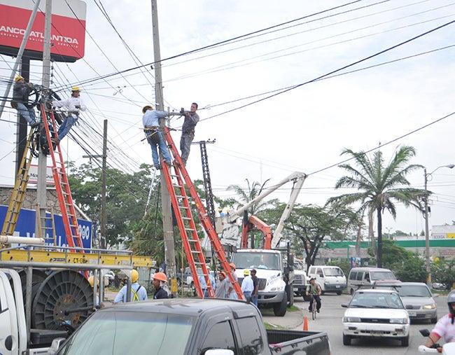 Honduras: Retiran postes para ampliar bulevar