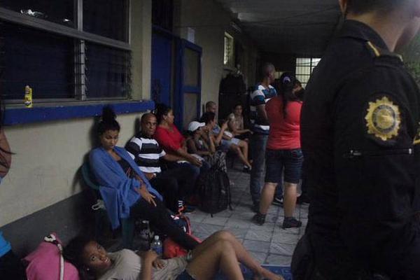 Expulsan a 139 cubanos detenidos sin documentos en Guatemala