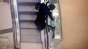 VIDEO: Una niña cae al vacío desde unas escaleras mecánicas