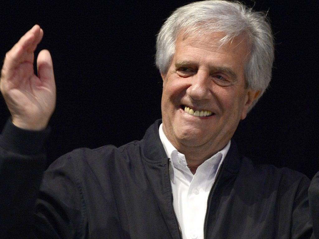 Presidente de Uruguay salva la vida a una joven francesa que viajaba en el mismo avión