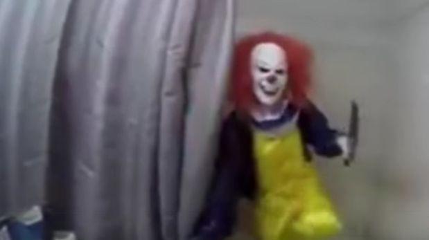 VIDEO: La terrorífica broma de un joven a su hermano en un baño