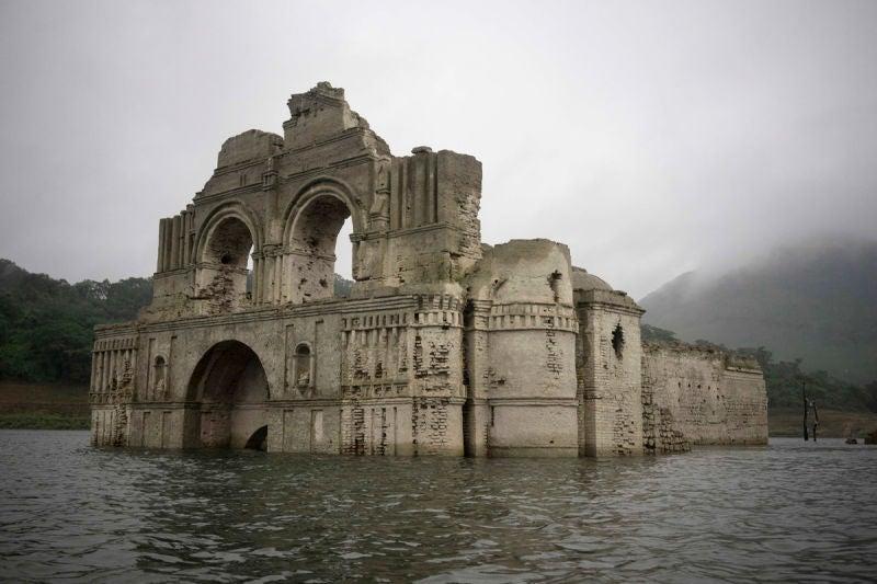 Iglesia del siglo XVI emerge de las aguas de un embalse en México