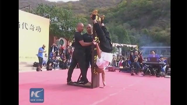 VIDEO: Monje Shaolín mantiene su cuerpo boca abajo apoyado en un dedo