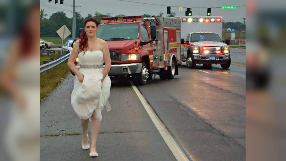 Paramédica recién casada ayuda a víctimas de un accidente