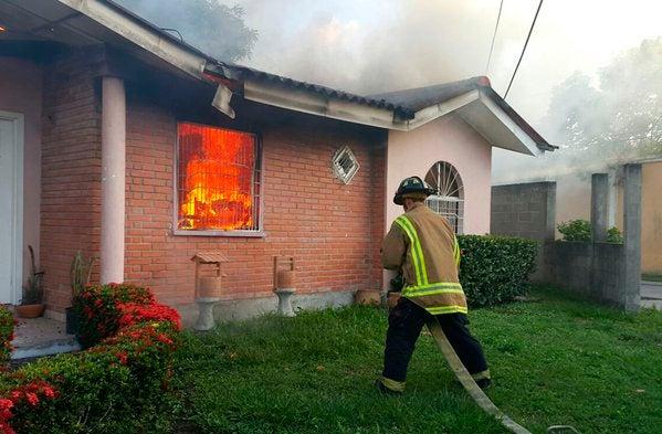 Incendio consume parcialmente vivienda en Choloma, Cortés