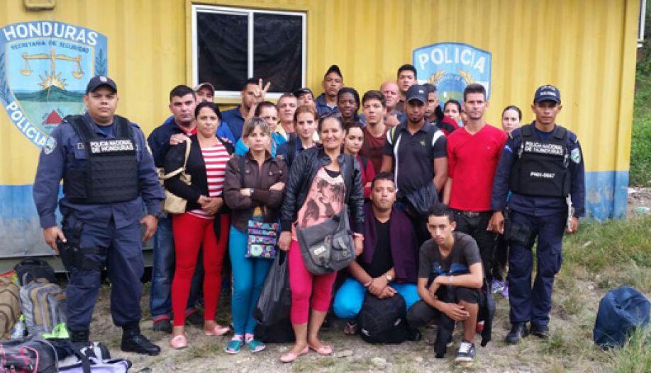 Honduras: Sigue afluencia de cubanos, requieren a 25 en la aduana de Agua Caliente