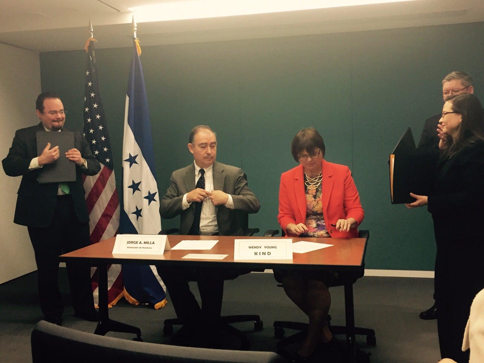 Embajada de Honduras en EEUU y Organización KIND firman convenio sobre programa de reinserción social