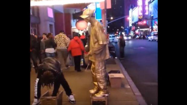 VIDEO: Estatua humana «se enfurece» y da dura lección a ladrón