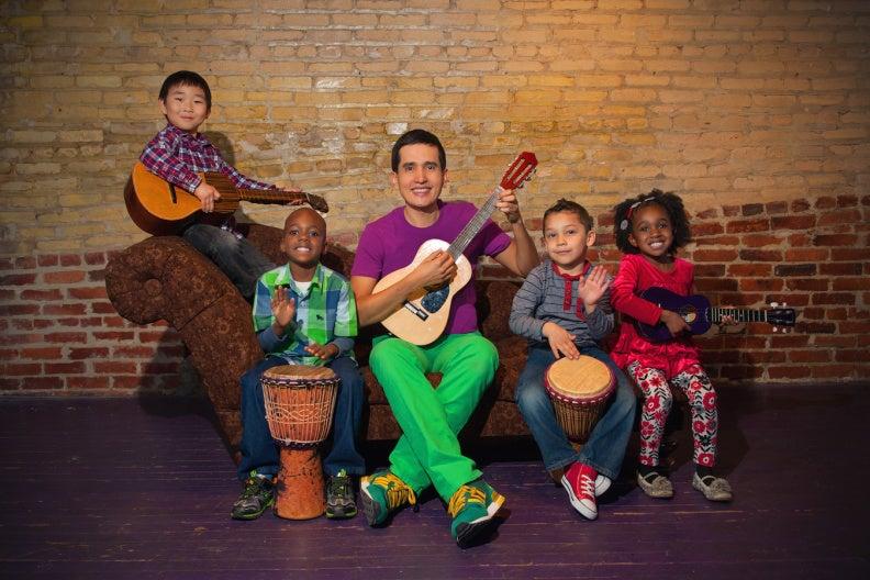 VIDEO: El colombiano que canta para enseñar dos diomas