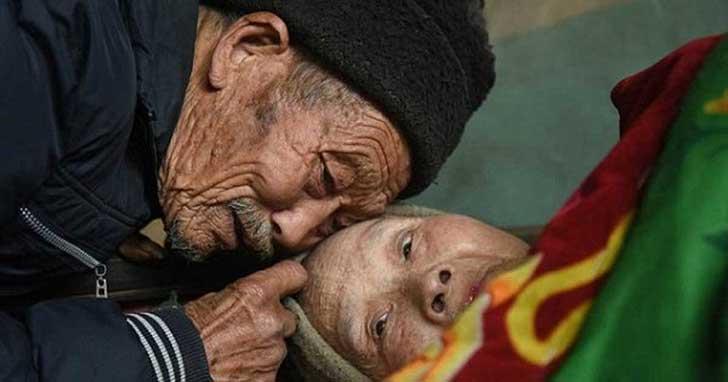 Hombre de 84 años ha cuidado a su esposa que tiene medio siglo de padecer parálisis
