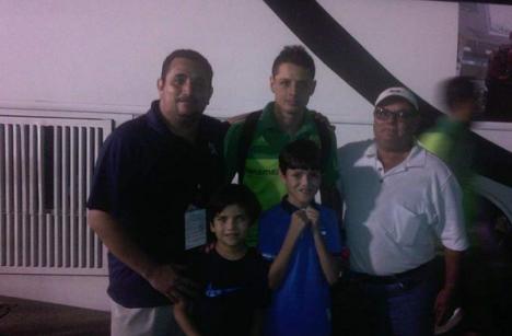 Javier 'Chicharito' Hernández regala su camisa a niño de Honduras