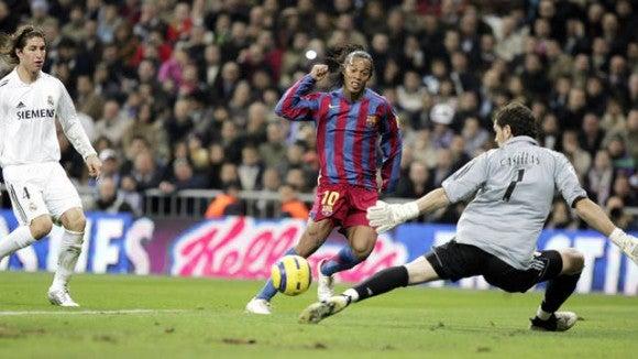 Vídeo: Se cumplen 10 años de que la afición del Real Madrid aplaudió a Ronaldinho en el Bernabéu