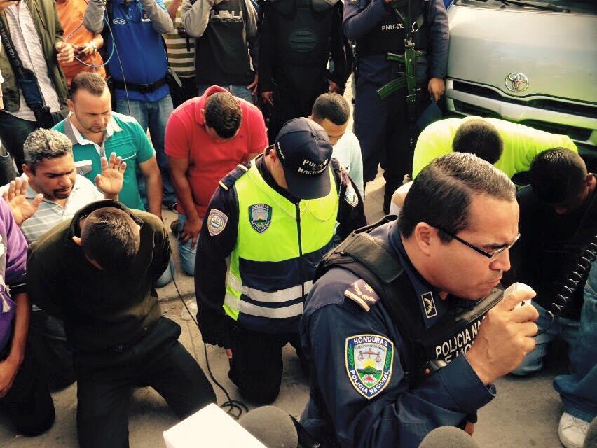 Tegucigalpa: Con oración policía hondureño frenó manifestación de transportistas
