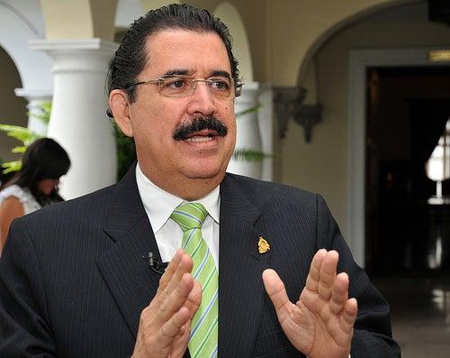 Zelaya sobre extradición: «Unos son amarrados como perros en carro y a otros les dan aviones»