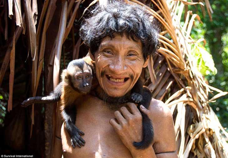 Conexión de tribu con la naturaleza es tan profunda, que incluso amamantan primates