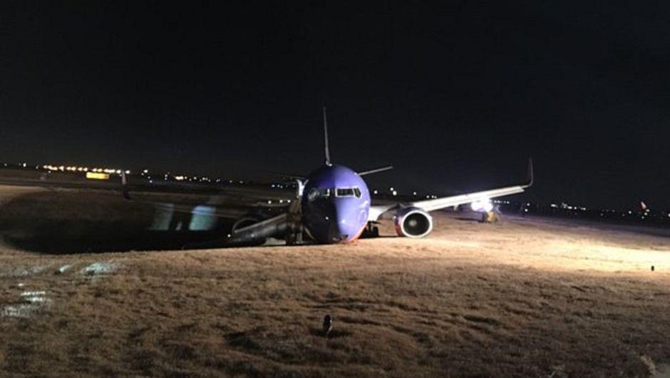Avión se sale de pista de rodaje en Nashville, EEUU