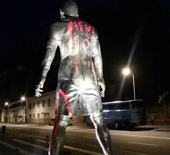 Pintan estatua de Cristiano Ronaldo con el nombre de Messi