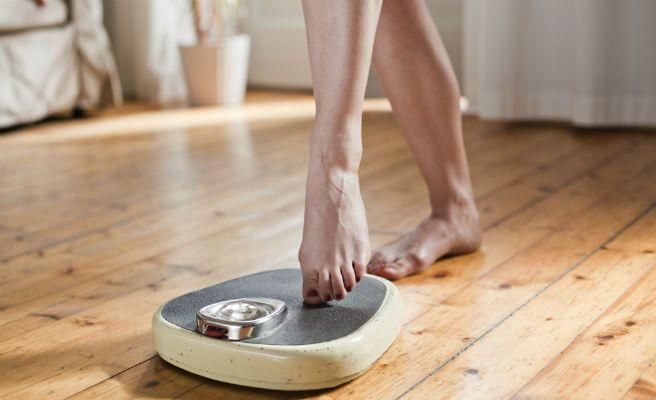 Comer frente al espejo ayuda a adelgazar, según un estudio
