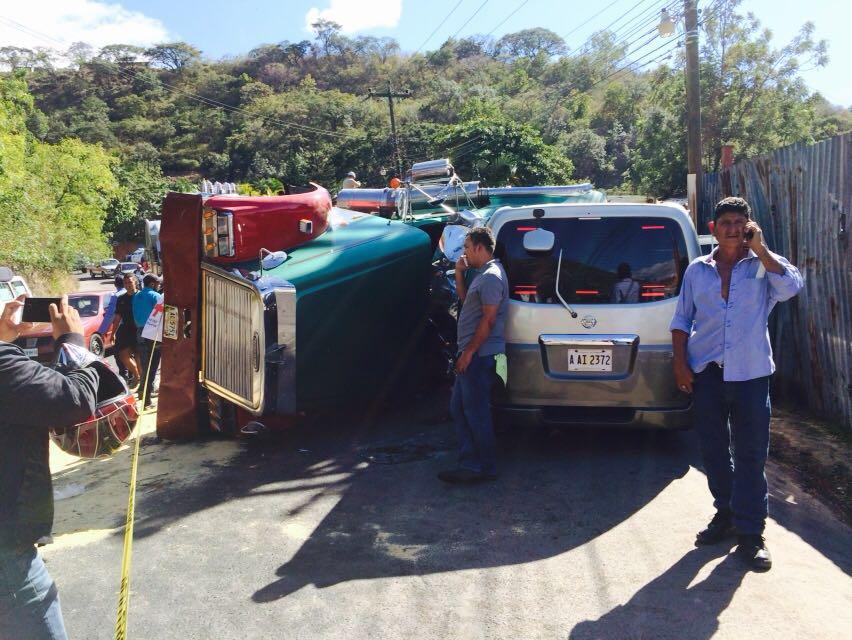 Al menos dos muertos deja aparatoso accidente entre rastra y varios vehículos