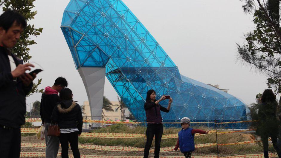 Taiwán está construyendo una iglesia  en forma de zapato de cristal gigante