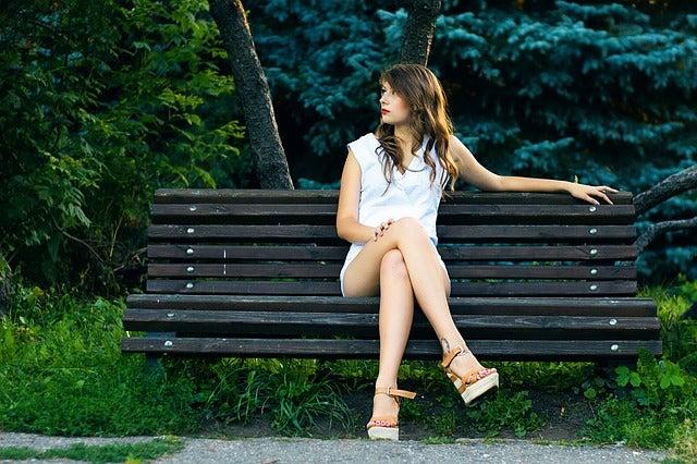 Cinco razones por las que NO debes cruzar las piernas al sentarte