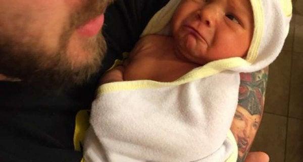 Padre publica imagen del primer baño de su hija y se lleva una sorpresa
