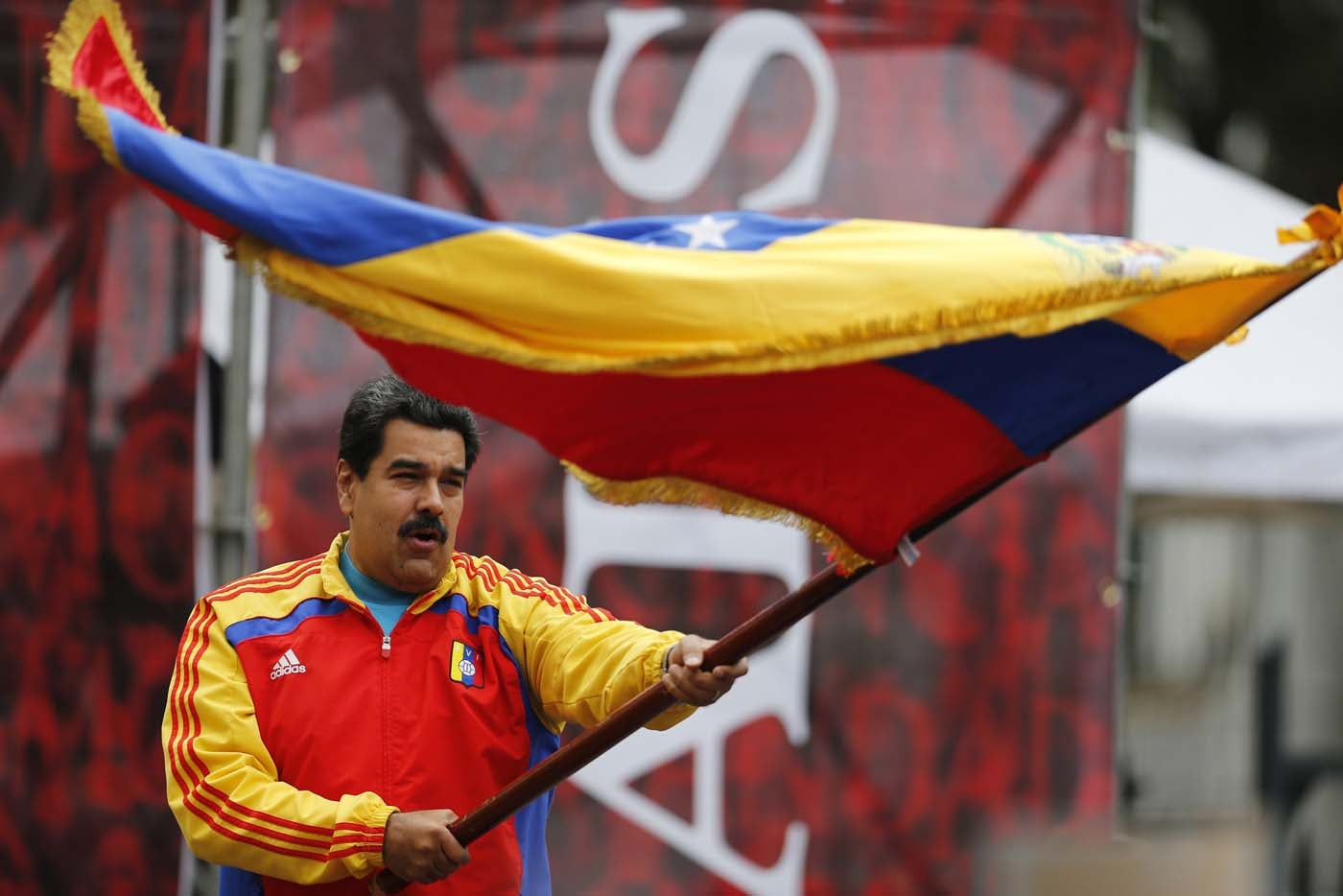 EE UU, el Vaticano, Unasur y Raúl Castro buscan una salida a Nicolás Maduro