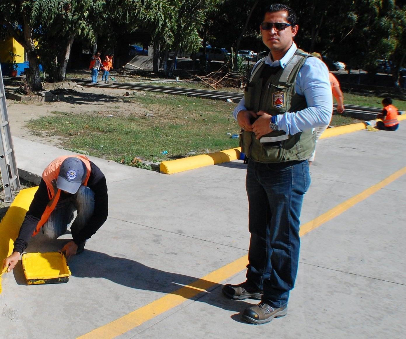 Comuna sampedrana señaliza estacionamiento de Policía Nacional