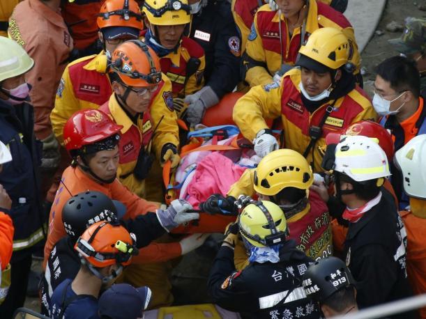 Rescatan a cinco personas más con vida tras el terremoto que sacudió a Taiwán