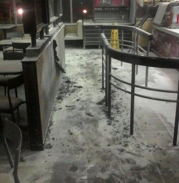 """""""Vándalos"""" dañan restaurante de comidas rápidas y obligan a la UNAH a suspender clases"""