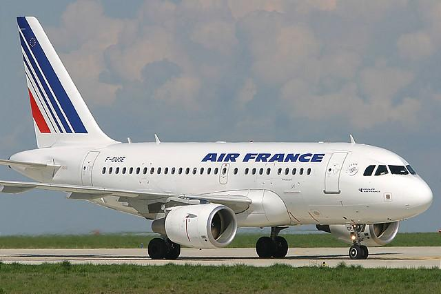 Encuentran bebé escondido en bolso de pasajero de avión