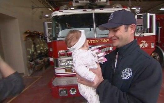 Un bombero se convierte en el héroe de una familia