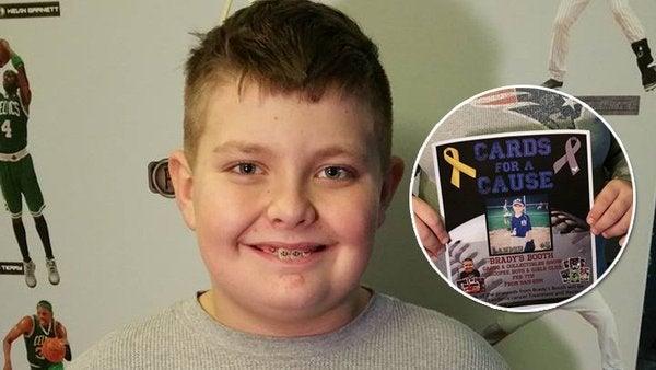 Niño vende colección de cromos para salvar la vida de un amigo