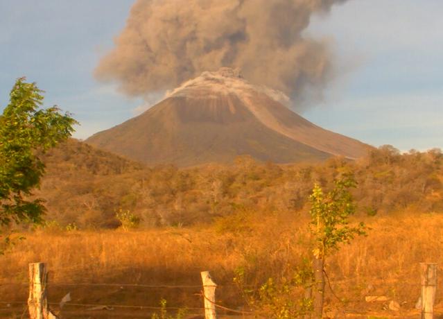 Volcán Momotombo  inicia nueva fase eruptiva con constantes explosiones y columna de ceniza.
