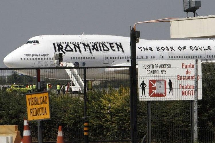 Avión de Iron Maiden sufre averías en suelo chileno sin la banda a bordo