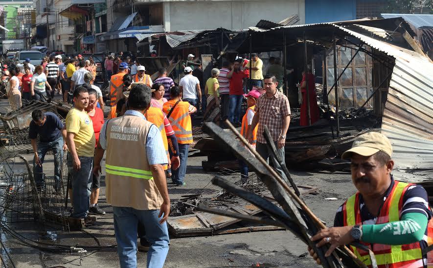 Alcaldía de SPS comienza limpieza y apoyo a locatarios en mercado central