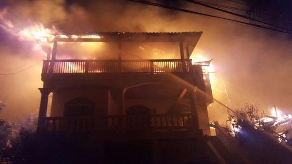 Incendio consume negocio en Roatán