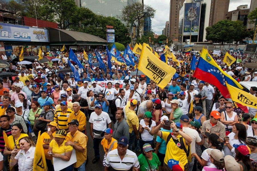 Oposición venezolana anuncia un referendo para buscar la salida del presidente