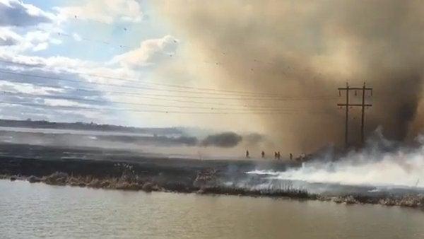 Bombero salta a un lago para escapar de un 'tornado de fuego'