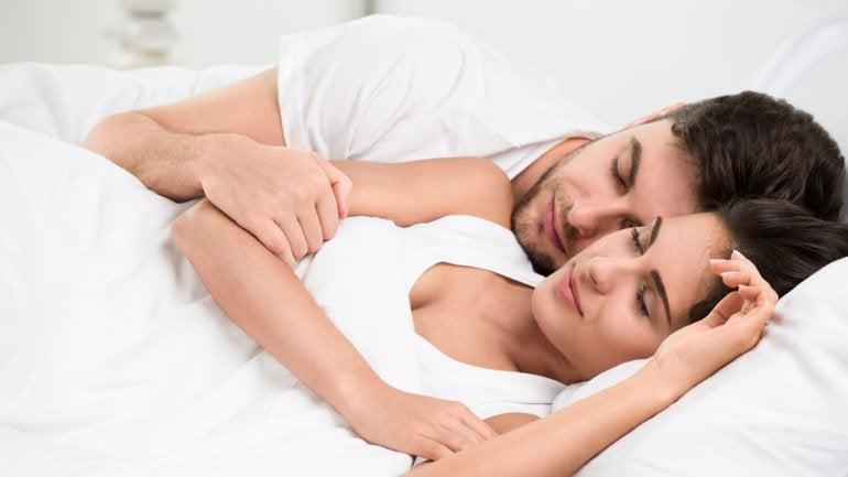 ¿Por qué deberías acostarte siempre a la vez que tu pareja?
