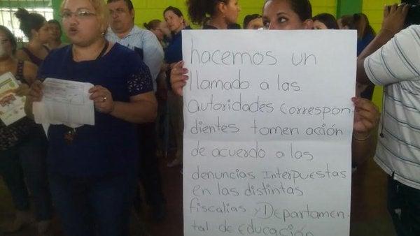 Padres de familia protestan contra directora de la escuela Josefa Lastiri