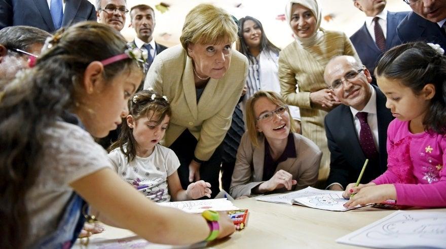 Angela Merkel visita a niños refugiados en Turquía