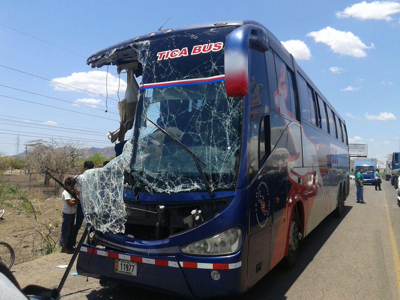 Accidente entre Tica Bus y volqueta deja al menos 10 personas heridas