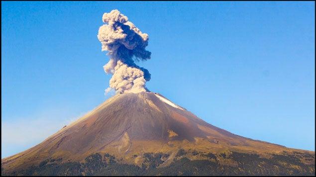 Volcán Popocatépetl emite explosión de casi un kilómetro de altura
