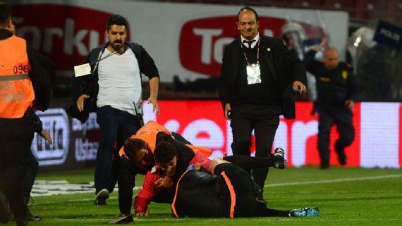 Suspenden partido por brutal agresión de aficionado al árbitro en partido del Fenerbahce